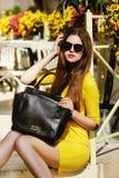 Ritratto all'aperto di giovane bella signora alla moda che posa sulla via Occhiali da sole d'uso di modello ed estate alla moda Fotografia Stock Libera da Diritti
