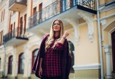 Ritratto all'aperto di giovane bella signora felice alla moda che posa su una città della via Vestiti alla moda d'uso di modello  Immagine Stock