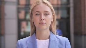 Ritratto all'aperto di giovane donna di affari archivi video
