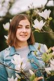 Ritratto all'aperto di giovane ragazza di 16 anni adolescente Fotografie Stock Libere da Diritti