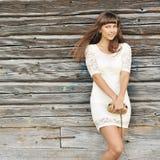 Ritratto all'aperto di giovane ragazza graziosa in vestito bianco con il handba Immagine Stock