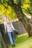 Ritratto all'aperto di Lifestile di giovane bella donna sulla b naturale immagine stock libera da diritti