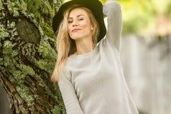 Ritratto all'aperto di Lifestile di giovane bella donna sulla b naturale fotografia stock