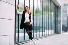 Ritratto all'aperto di modo degli occhiali da sole d'uso della ragazza fresca alla moda dei pantaloni a vita bassa Fotografia Stock