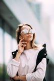 Ritratto all'aperto di modo degli occhiali da sole d'uso della ragazza fresca alla moda dei pantaloni a vita bassa Fotografia Stock Libera da Diritti