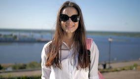 Ritratto all'aperto di modo della giovane ragazza sexy Il skateboarder femminile alla moda bello indossa gli occhiali da sole in  stock footage