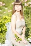 Ritratto all'aperto di modo di giovane bello castana sensuale fotografie stock