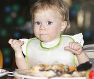 Ritratto all'aperto di notte del bambino sulla tavola di festa Fotografia Stock