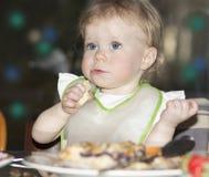 Ritratto all'aperto di notte del bambino sulla tavola di festa Immagini Stock