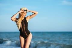 Ritratto all'aperto di stile di vita di bella ragazza in costume da bagno nero immagine stock