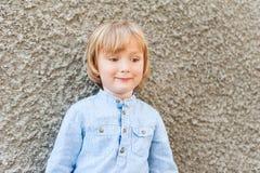 Ritratto all'aperto di un ragazzino sveglio Fotografie Stock