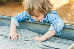 Ritratto all'aperto di un ragazzino sveglio Immagine Stock