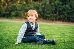 Ritratto all'aperto di un ragazzino sveglio immagini stock libere da diritti