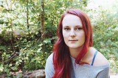 Ritratto all'aperto di una giovane donna in foresta immagini stock libere da diritti