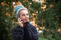 Ritratto alla luce naturale di una ragazza allegra in maglia con cappuccio e fotografie stock