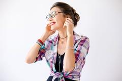 Ritratto alla moda della ragazza variopinta dei pantaloni a vita bassa che ascolta la musica Fotografie Stock Libere da Diritti