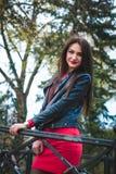 Ritratto alla moda di autunno del rossetto rosso della giovane ragazza castana felice all'aperto nella città Immagine Stock Libera da Diritti