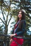 Ritratto alla moda di autunno del rossetto rosso della giovane ragazza castana felice all'aperto nella città Immagine Stock