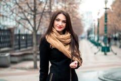 Ritratto alla moda di autunno del rossetto rosso della giovane ragazza castana felice all'aperto nella città Immagini Stock