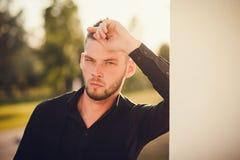 Ritratto alla moda di un uomo attraente Primo piano Immagine Stock