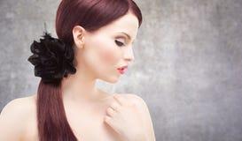Ritratto alla moda di una donna sbalorditiva Fotografia Stock
