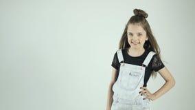 Ritratto alla moda felice della ragazza del bambino archivi video