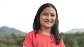 Ritratto alto vicino del giorno godente allegro felice sorridente della ragazza asiatica allegra archivi video