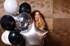 Ritratto alto vicino della giovane donna sorridente che tiene gli impulsi alla macchina fotografica Modello femminile caucasico c immagini stock libere da diritti