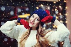 Ritratto alto vicino della via di bella giovane donna sorridente con i capelli lunghi Looking di modello alla macchina fotografic fotografie stock
