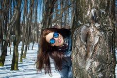 Ritratto alto vicino di aria aperta del modello femminile in occhiali da sole e della condizione blu del cappotto di inverno diet fotografie stock