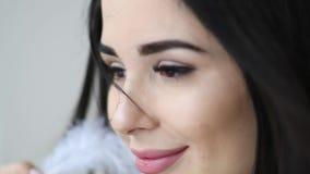 Ritratto alto vicino di bello gioco della donna con la piuma sexy vicino al suo fronte video d archivio