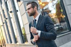 Ritratto alto vicino di profilo di riuscito giovane tipo barbuto in vestito e vetri Così alla moda e nerd Aria aperta sulla a fotografie stock