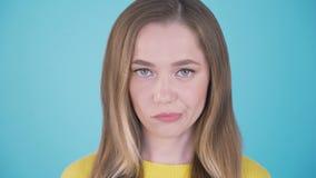 Ritratto alto vicino di una donna con un fronte arrabbiato Isolato su bianco Espressioni facciali ed emozioni 4K stock footage