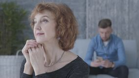 Ritratto alto vicino di una donna matura senior nella priorità alta La figura vaga dell'uomo infelice triste che si siede sul archivi video
