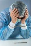 Ritratto ammanettato criminale dispiaciuto isolato del chirurgo fotografia stock libera da diritti