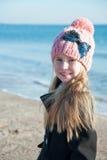 Ritratto 8 anni della ragazza vicino al mare, foto di natura morta Fotografie Stock Libere da Diritti