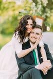 Ritratto appena della coppia sposata felice in parco soleggiato verde Immagini Stock Libere da Diritti