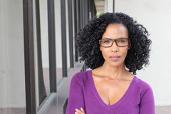 Ritratto arrabbiato della donna di colore isolato Fotografia Stock