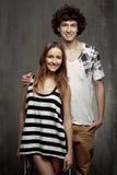 Ritratto artistico di giovane coppia su un gray Fotografia Stock