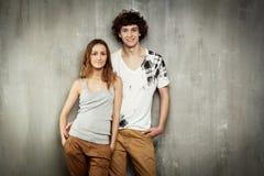 Ritratto artistico di giovane coppia su un gray Immagini Stock Libere da Diritti