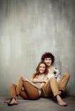 Ritratto artistico di giovane coppia su un gray Fotografia Stock Libera da Diritti