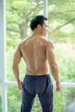 Ritratto atletico muscolare del culturista di giovane uomo in buona salute Fotografie Stock Libere da Diritti