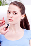 Donna che applica rossetto su bellezza naturale delle labbra Fotografia Stock