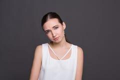 Ritratto attraente confuso della ragazza Immagini Stock Libere da Diritti