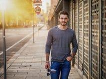 Ritratto attraente del giovane in via della città Immagini Stock