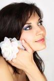 Ritratto attraente della donna con il fiore bianco Immagini Stock