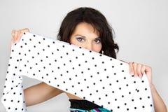 Ritratto attraente della donna in una sciarpa bianca. Fotografia Stock Libera da Diritti