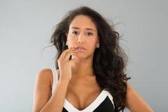 Ritratto attraente della giovane donna su fondo grigio immagini stock