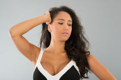 Ritratto attraente della giovane donna su fondo grigio fotografia stock