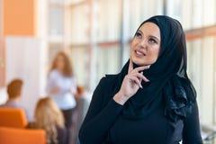 Ritratto attraente di giovane donna musulmana con hijab nero all'ufficio Fotografia Stock Libera da Diritti